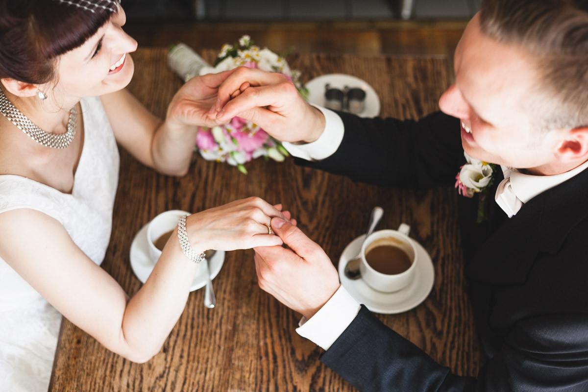 Glückliches Brautpaar beim Cafe Trinken