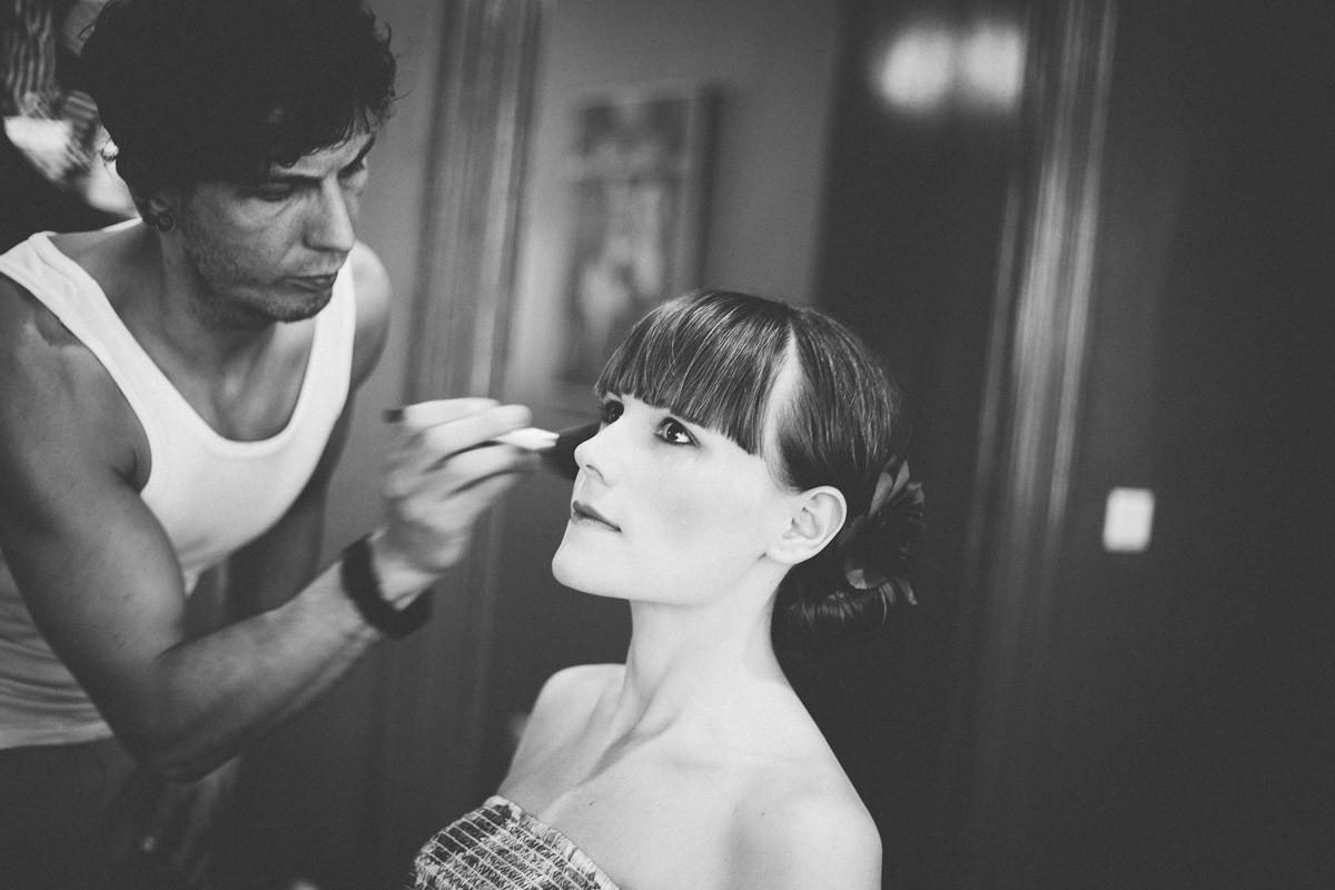 Wunderschöne Braut wird vom Friseur beim Getting Ready für die Hochzeit vorbereitet
