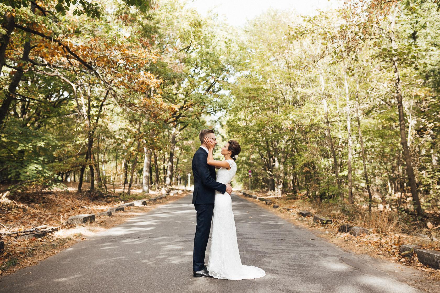 Brautpaar nimmt sich am Wannsee in den Arm