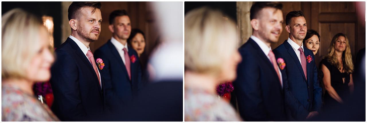 Die Brautleute lauschen gespannt einer Rede