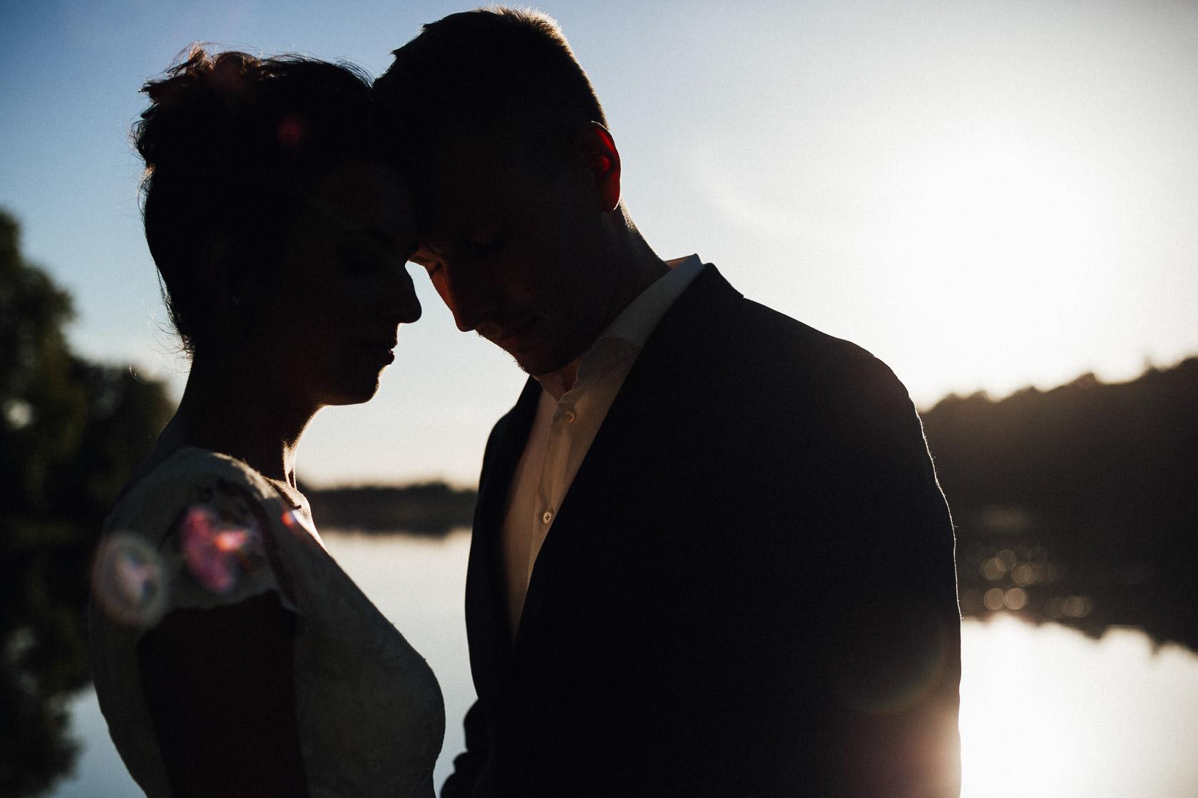 Brautpaar in der untergehenden Sonne am Landgut Stober