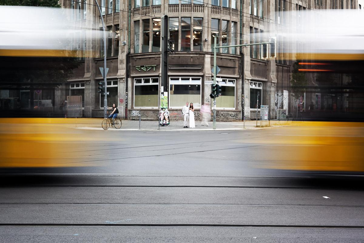 Sommerlich gekleidetes Brautpaar auf einer Kreuzung in Berlin