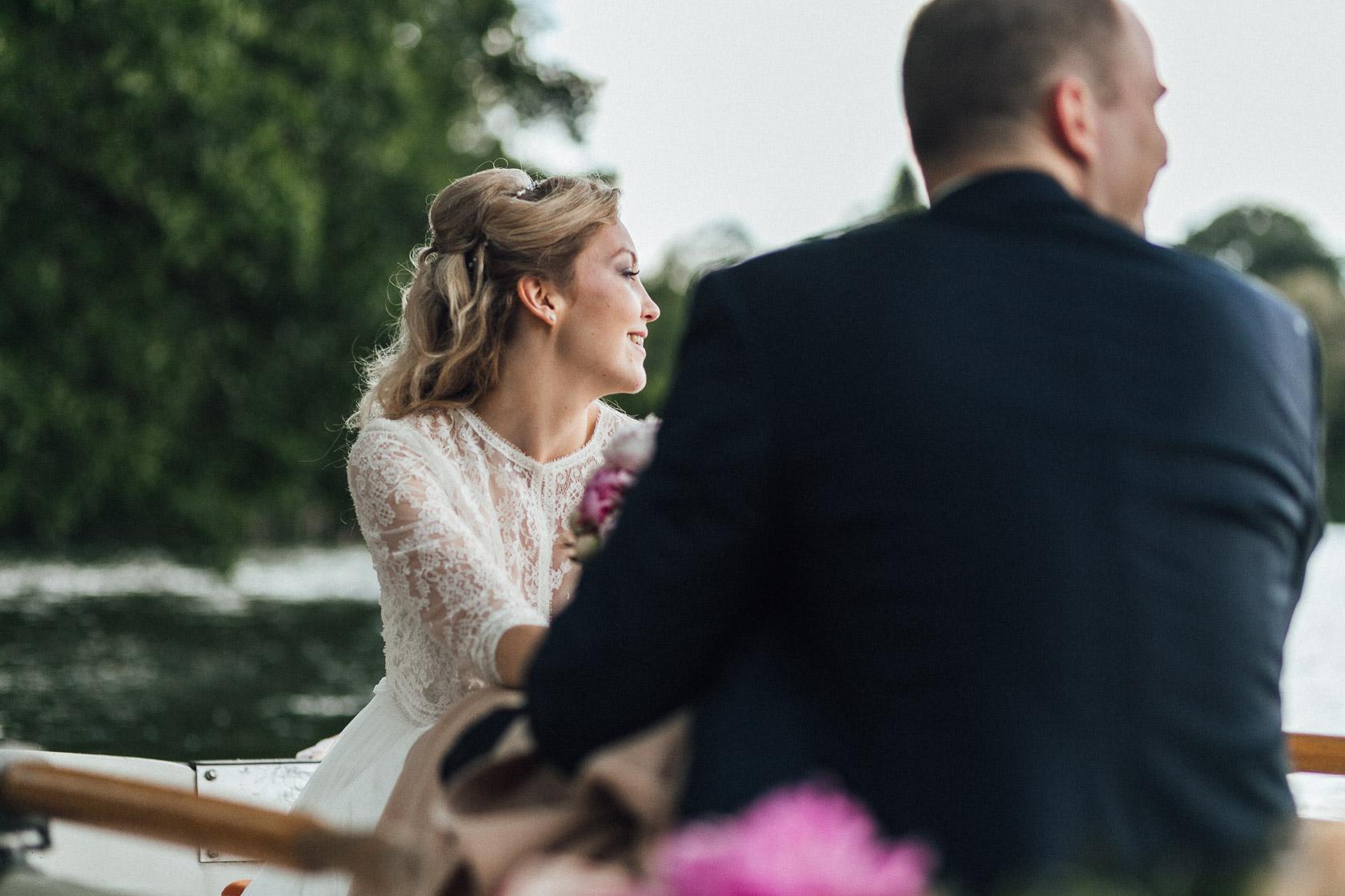 Strahlende Braut wird vom Bräutigam über den Haussee in Himmelpfort gerudert