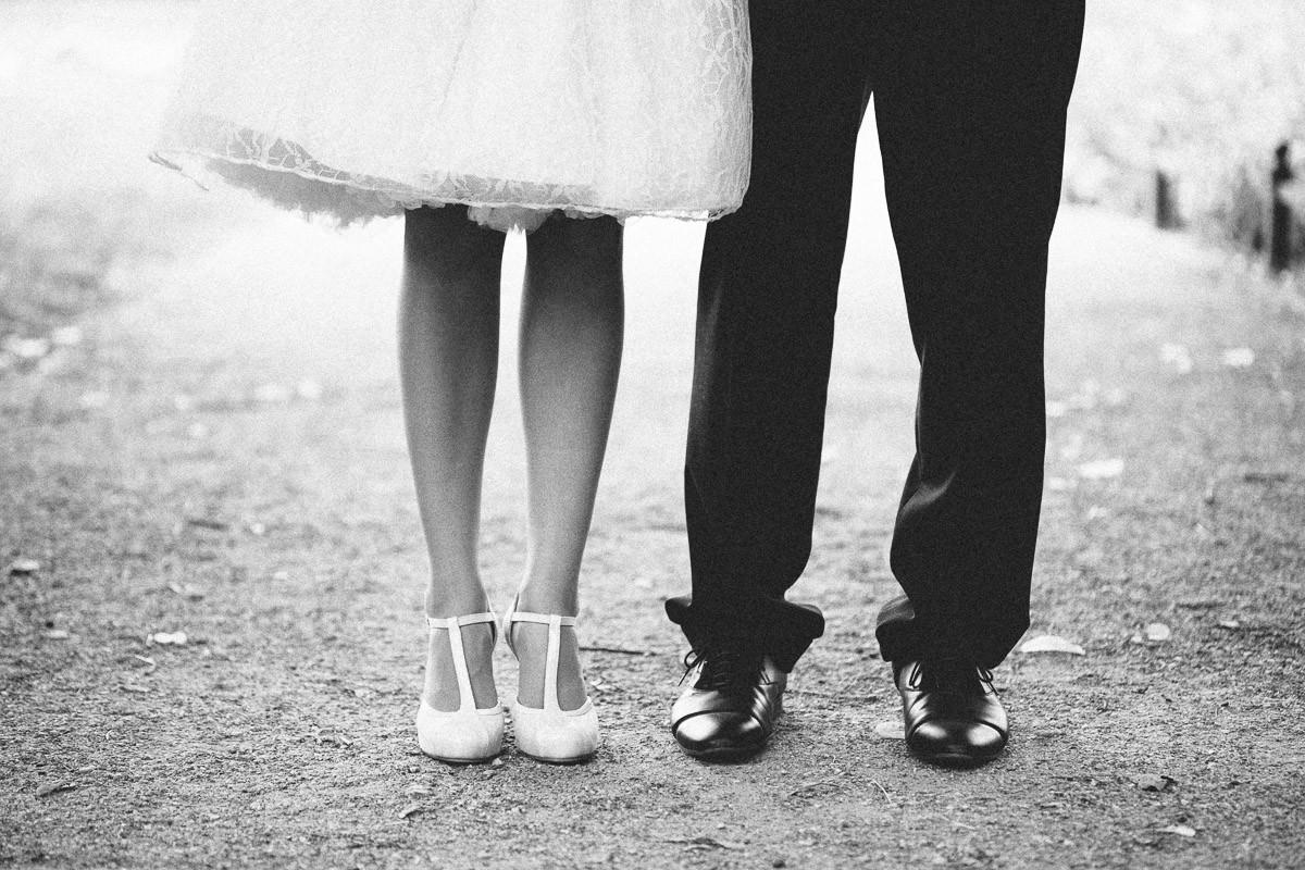 Brautpaar in Berlin präsentiert ihrem Hochzeitsfotografen seine schicken Schuhe