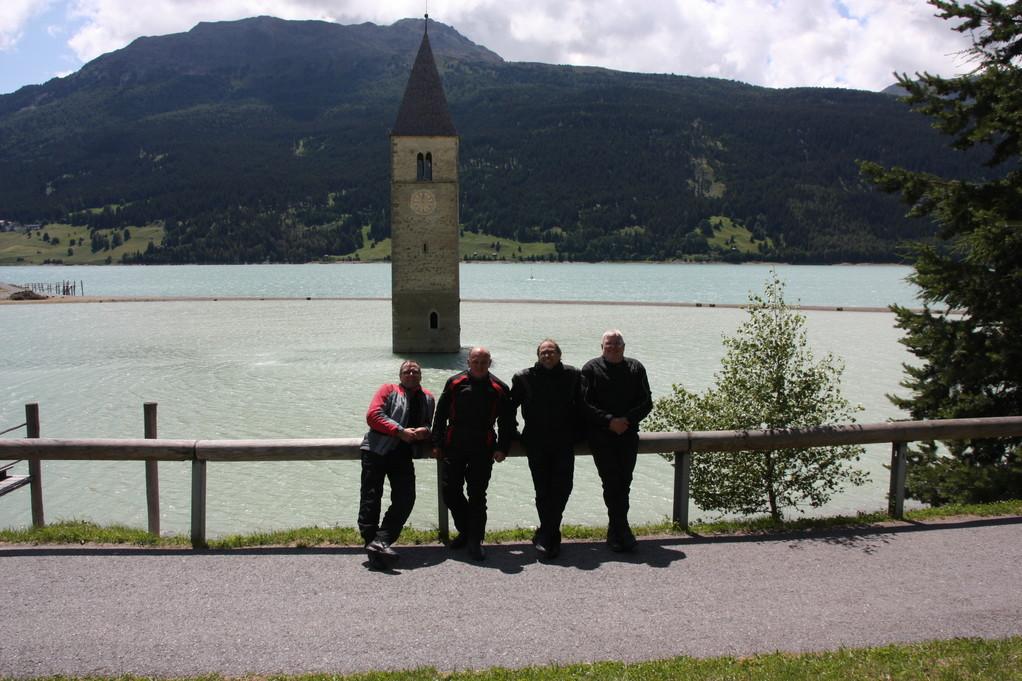 Vor der Kirche im Reschensee