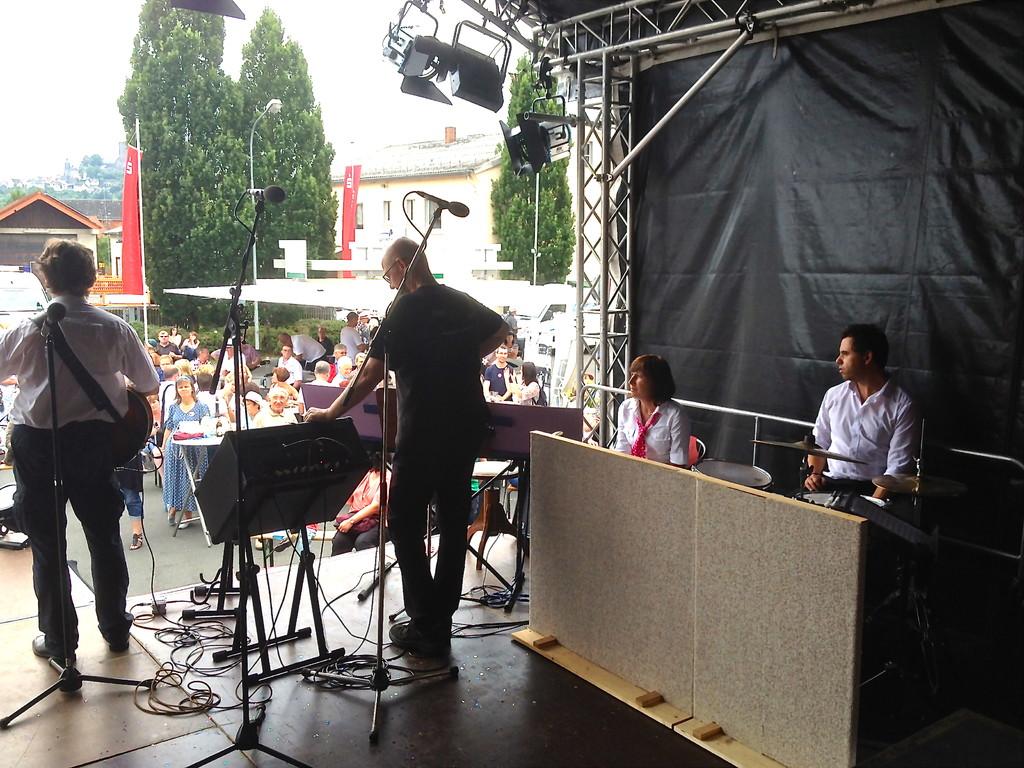 """Unsere Band """"3:0"""" mit Chorleiter Jens Kempgens und Steffi, die Percussionistin"""
