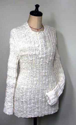 検温時用に襟元を開けるようにしました。本当は前あきの方が病院では便利ですが、在宅時は上に着る衣服によって腹部のボタンが気になります。輝きが強くおしゃれな編み上がりは肌着とは見えないようです。