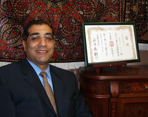 2007年12月国際親善作家展で、海部俊樹元内閣総理大臣賞を受賞。賞状と(音羽ショールームにて)