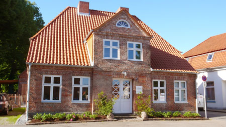 Unsere zentral gelegene Praxis befindet sich in einem denkmalgeschützten Backsteinhaus aus dem Jahre 1733.
