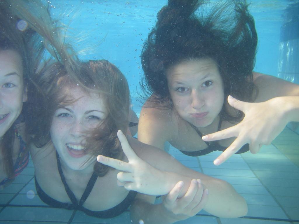 Bibi und Tati posieren im Schwimmbecken