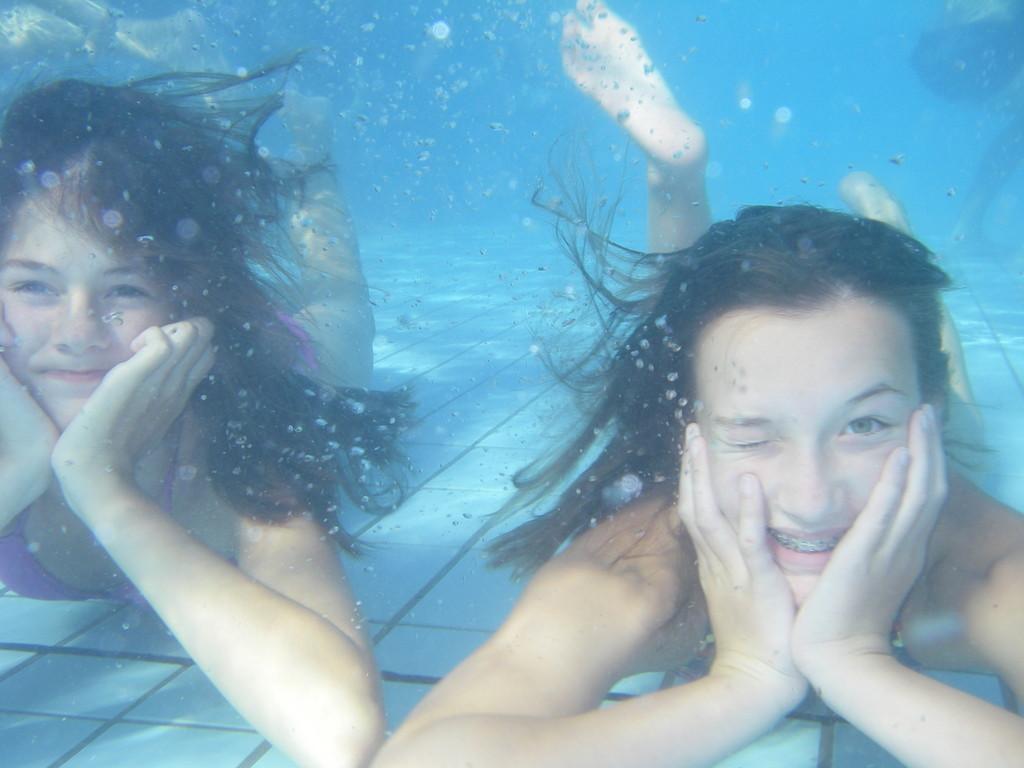 Hannah und Jojo im Schwimmbad