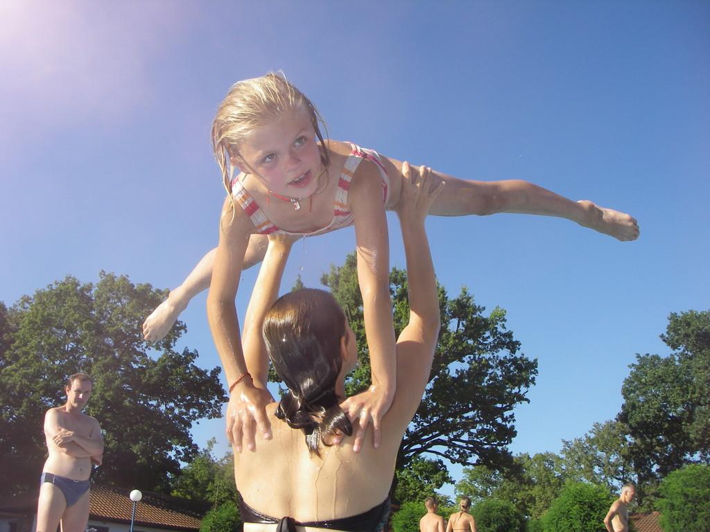 Jula und Bibi beim Turnen im Wasser