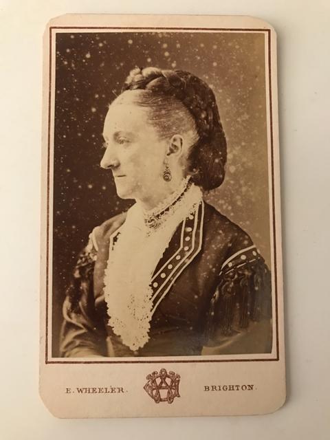 Durante l'epoca vittoriana le elaborate acconciature richiedevano capelli lunghi e folti : chi non era così fortunata poteva ricorrere a parrucche e finte acconciature come in questo caso - metà '800