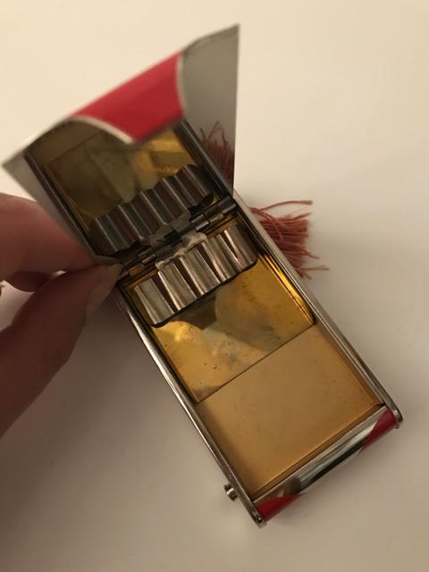 Trousse aperta visibile lo scomparto per le sigarette