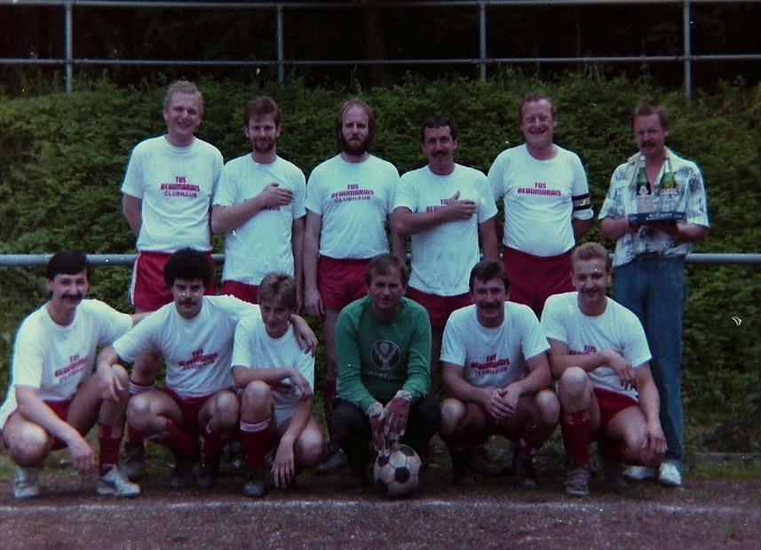 EIN DORF SPIELT FUSSBALL / 1980er JAHRE