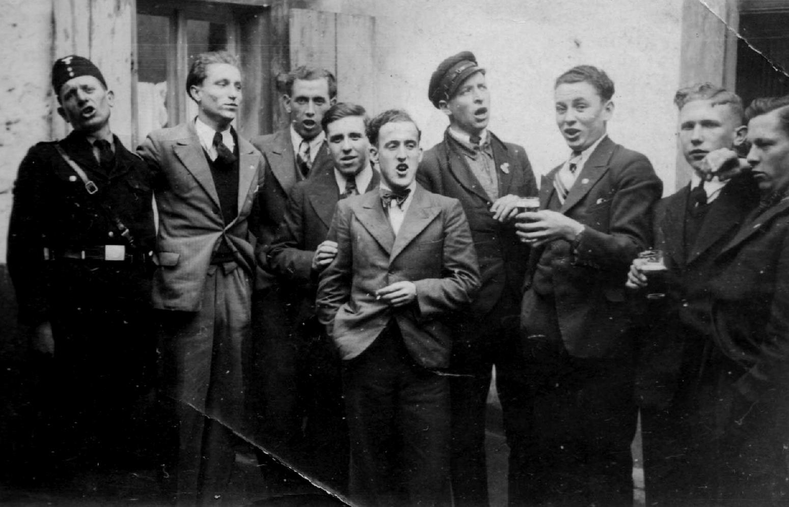 Sonntags nach dem Spiel im Dorf - 1930er Jahre