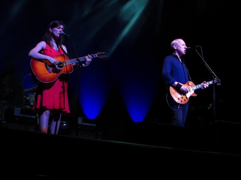 v.l.n.r.: Ruth Moody: Gitarre und Gesang (Gastmusikerin); Mark Knopfler: Gesang und Gitarre