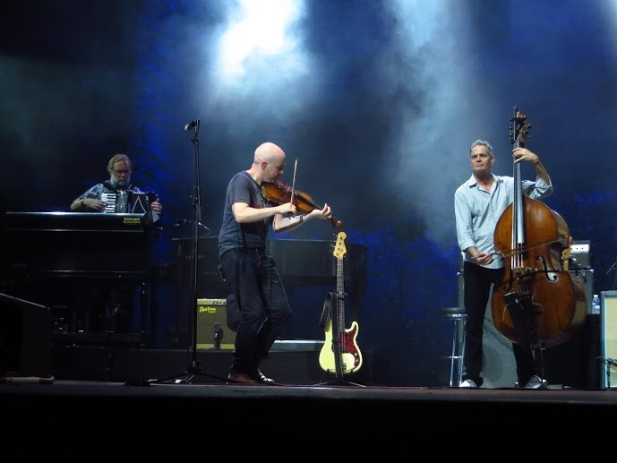 v.l.n.r.: Jim Cox: Akkordeon; John McCusker: Geige; Glenn Worf: Kontrabass
