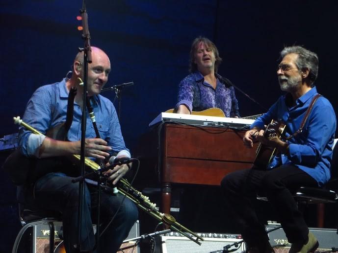 v.l.n.r.: Mike McGoldrick: Uliman Pipes; Guy Fletcher: Gitarre und Keyboard; Richard Bennett: Gitarre (eine von vielen)