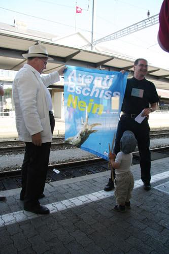 2007 Aschi Leuenberger mit Enkel bei der Ankunft mit rotem Pfeil am Bahnhof Olten