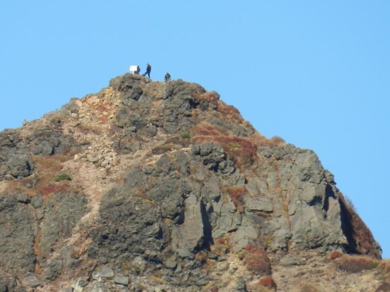 朝日岳の頂上に人がいました