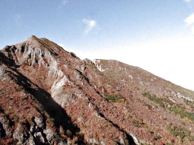 朝日岳を見ながらロープウェイ山麓駅まで下山