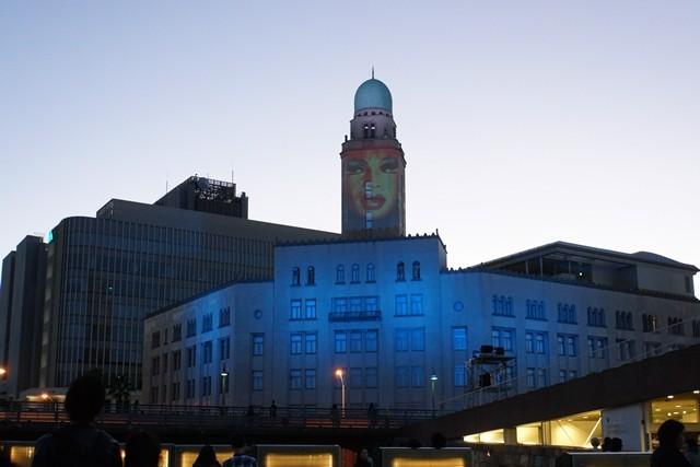 3.午後5時イルミネーションが点灯し、クイーンの塔が浮き上がり 来場者へ挨拶しています