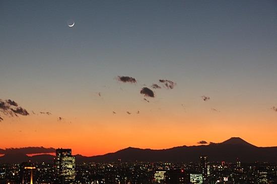 お月様も見え、太陽は富士山の後ろへ