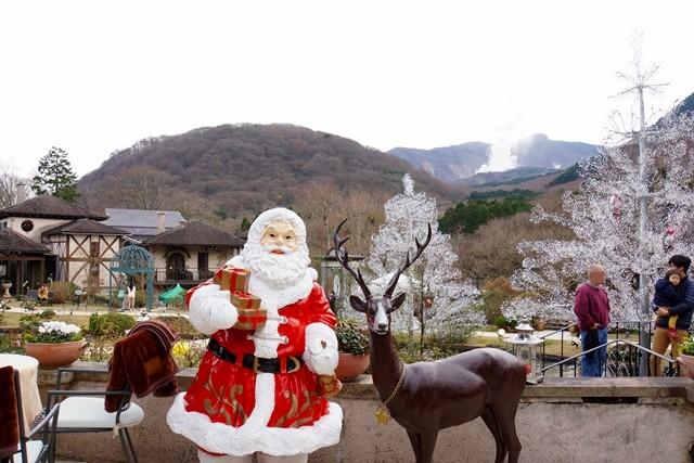 サンタクロースとトナカイがお迎えしてくれます