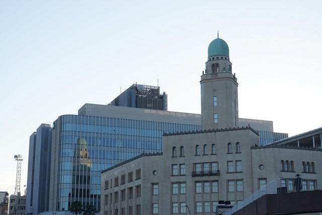 2.夕陽を浴びたクイーンの塔が隣のビルに映り込んでいました
