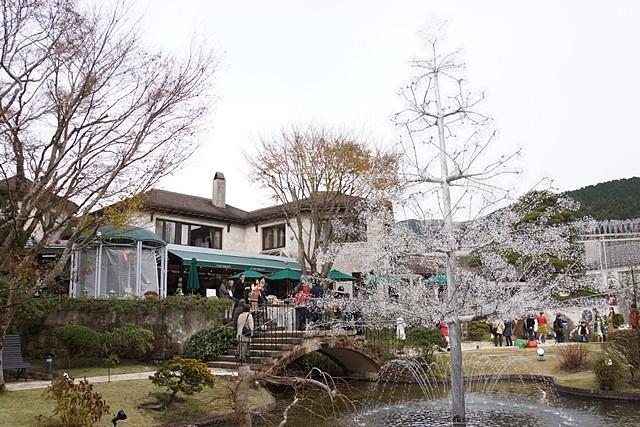 レストランテラスから箱根の山を眺める人たち