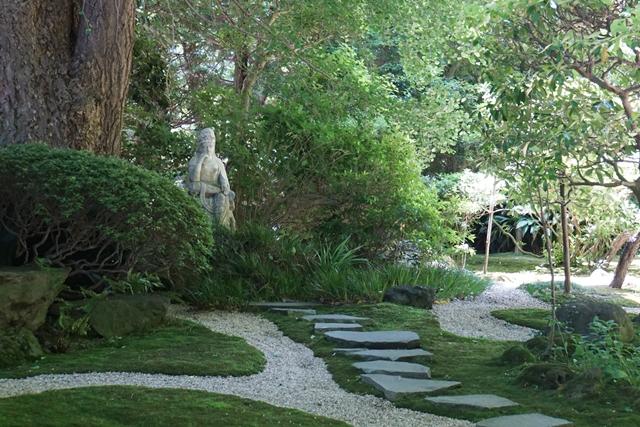 綺麗に手入れされた参道  石仏さまは何をお考えでしょうか