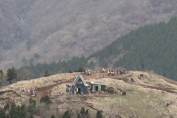 11 三の塔から烏尾根山荘を見る