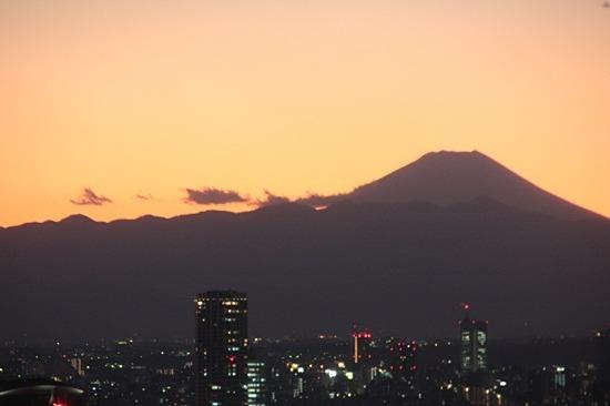 富士山のシルエットが見える