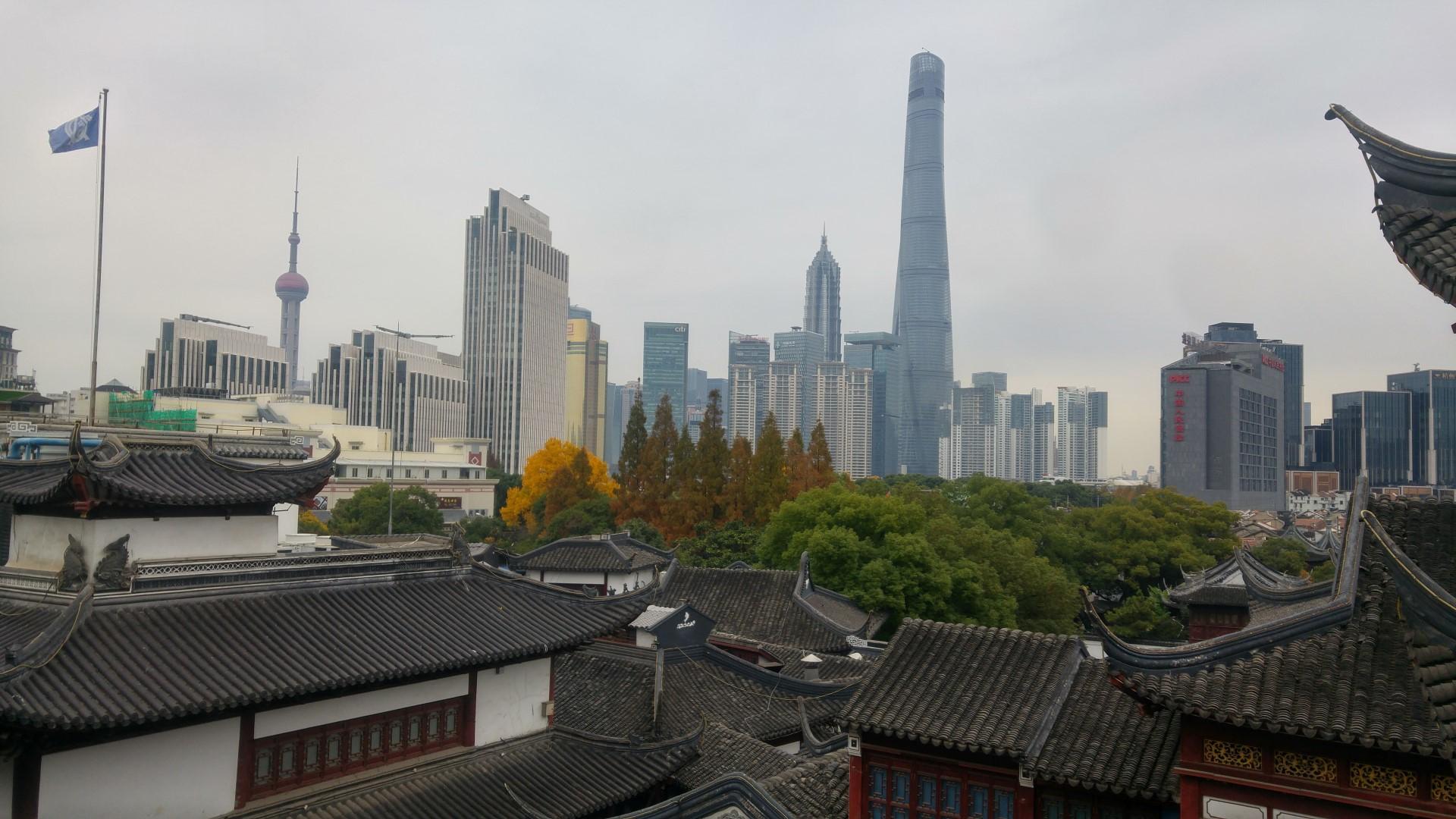 Einmalige Kombination: Vorne traditionelle chinesische Architektur, hinten Wolkenkratzer