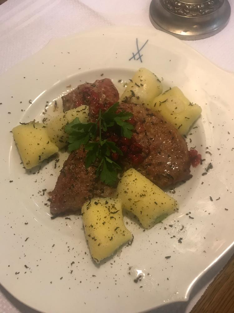 Kalbsleber mit roten Johannisbeeren, Trüffel und gefüllte Gnocchi 17,50