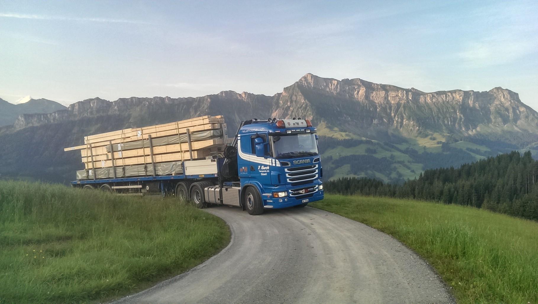 06.08.14     06.55 Uhr .....Das Holz kommt - jetzt geht's los....