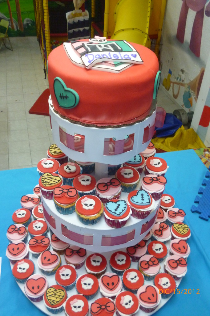 TORRE DE CUPCAKES MONSTER HIGH