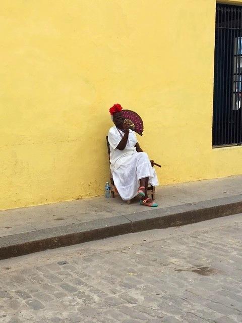 Vieille dame posant dans la rue (contre rémunération en CUC de preference)