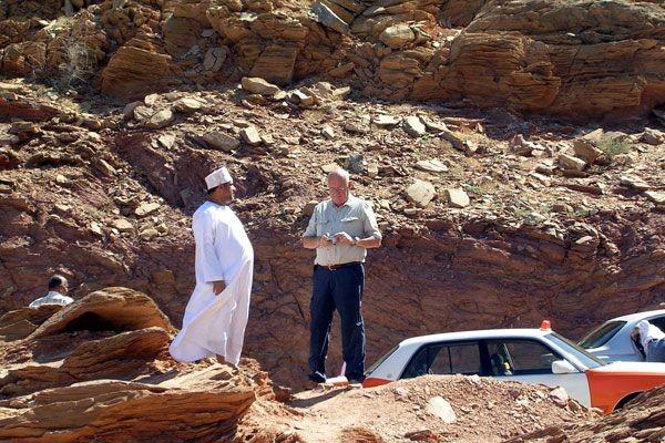 Loïc LE RIBAULT examinant des échantillons géologiques dans le désert du Sultanat d' Oman