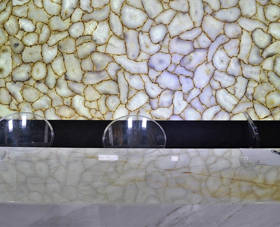 Een klassieke marmeren balie tegen een precious stone achtergrond