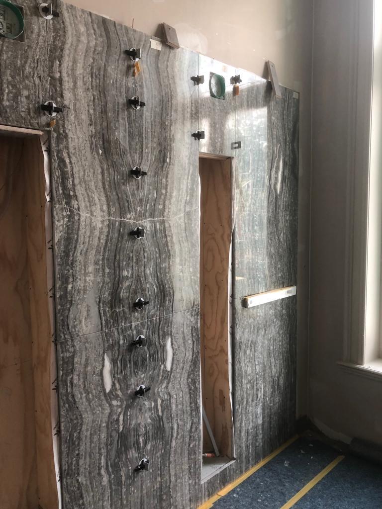 Onyx Nero wandpanelen worden geplaatst
