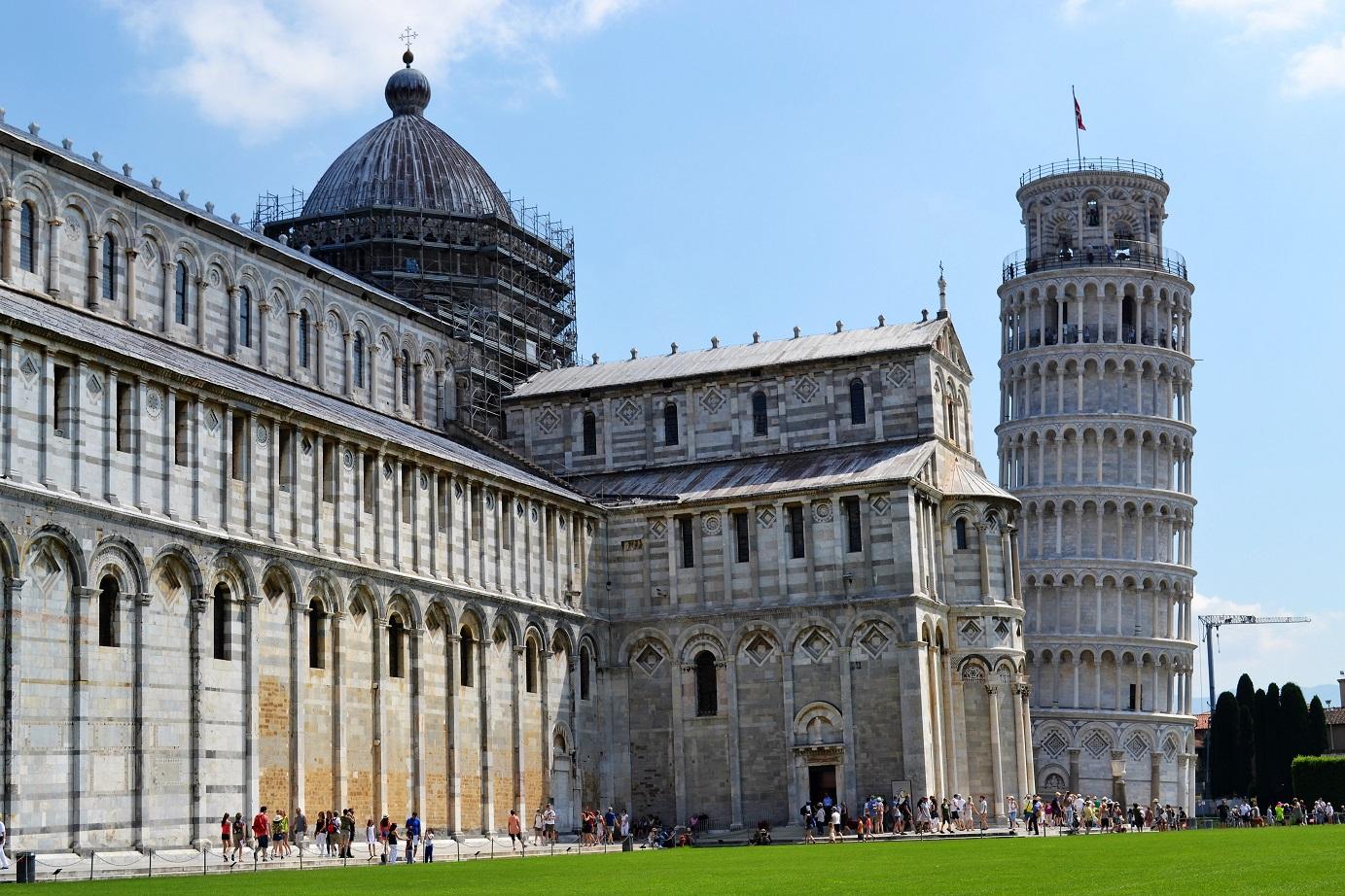 Een overzicht van de kathedraal met de vrijstaande klokkentoren van Pisa.