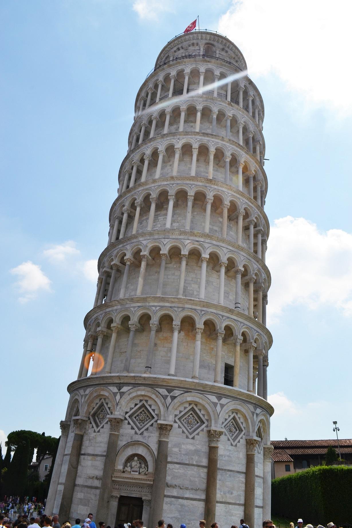 De toren van Pisa met de top 4m uit het lood.