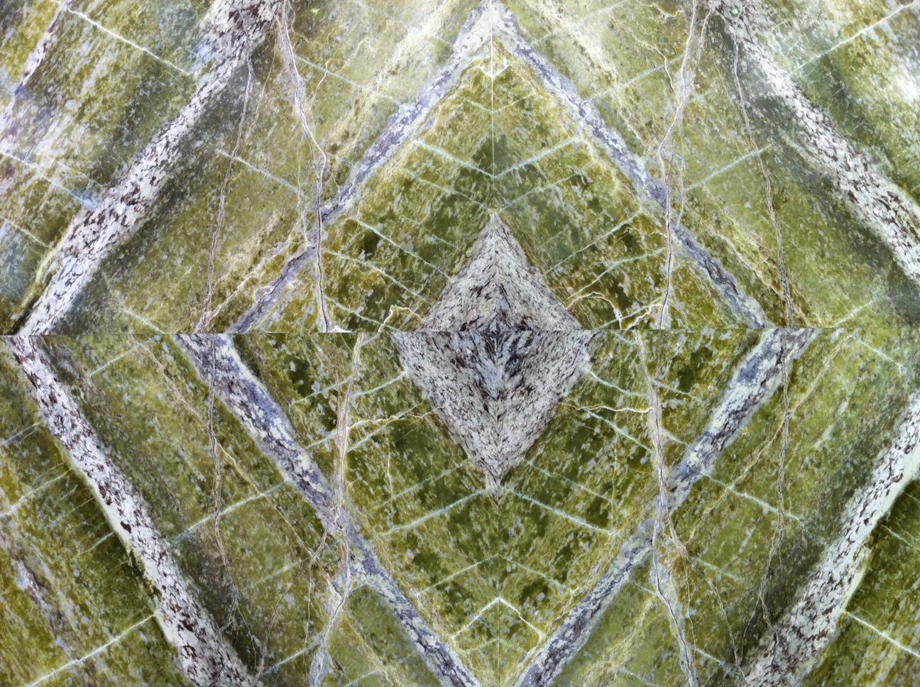 Ook de gedurfde groene materialen in opkomst. Irish Green in open boek