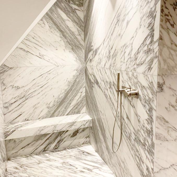 Een spectaculaire marmer badkamer