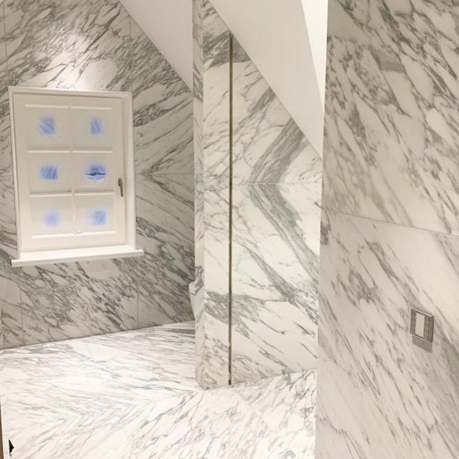Marmer badkamer in open boek
