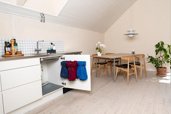 Affaldssorteringssystem til køkken Flower har fået ny webshop. Køb beslaget med 3 delt affaldssortering på affaldsstativflower.dk