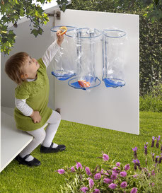 Affaldssortering i et køkken til et skab med billigt affaldssorteringssystem Flower.  Smart køkken affaldsstativ- bedst for miljøet!
