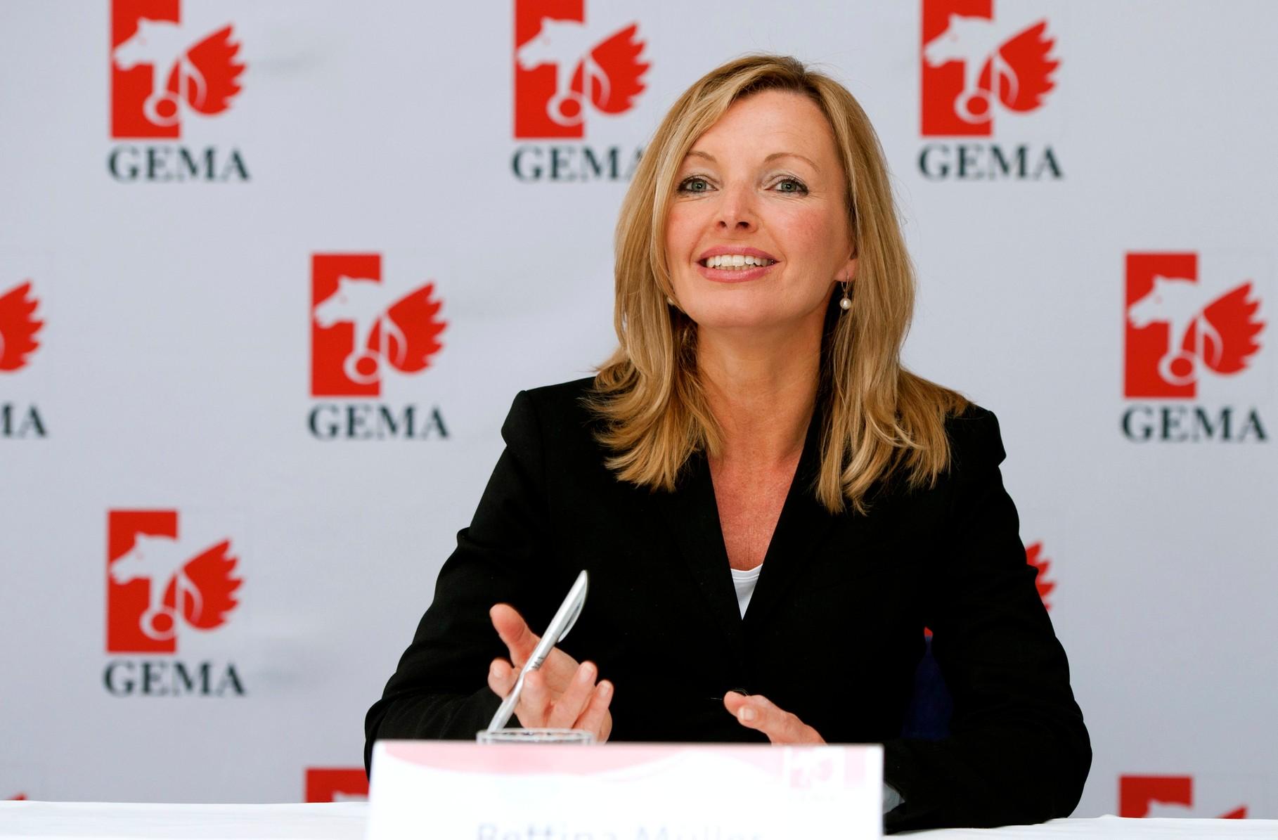 Foto: Bettina Miserre moderiert die Jahrespressekonferenz der GEMA
